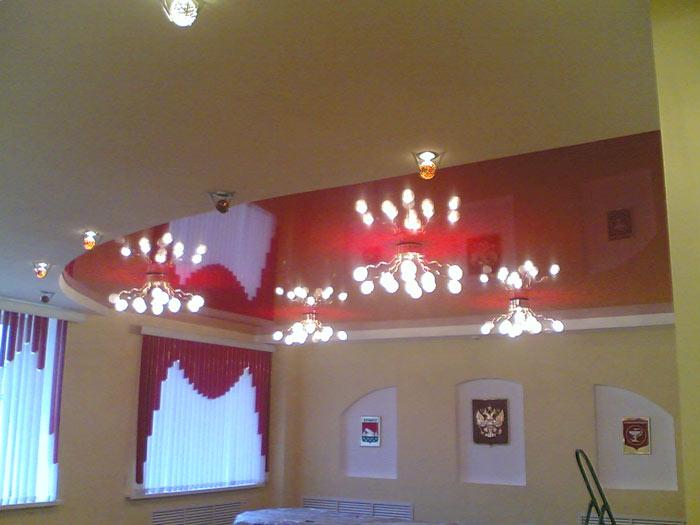 Двухуровневый потолок с красной вставкой